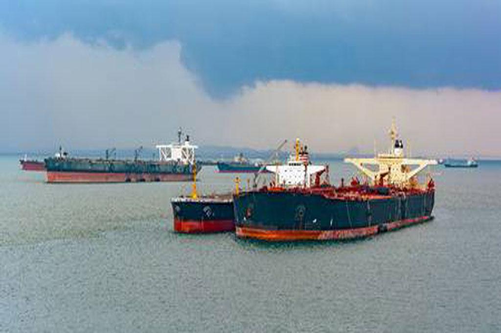 48521104-le-ravitaillement-en-carburant-ou-l-avitaillement-en-termes-marins-est-effectuée-en-utilisant-une-p